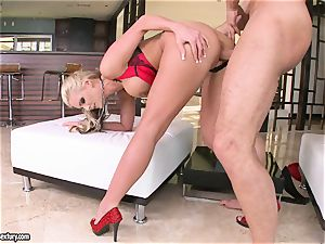 chesty Phoenix Marie likes getting her cunny pulverized