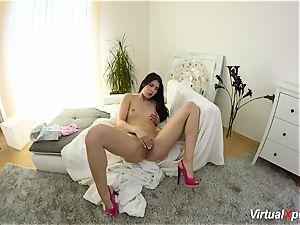 gal Dee rubs her clitoris till she cums